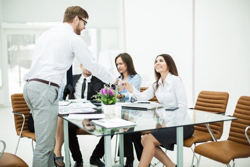 Händedruck Manager und der Kunde bei einem Geschäftstreffen im Büro stockbild