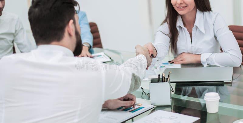 Händedruck-Manager und der Kunde nach dem Unterzeichnen des financ lizenzfreie stockbilder