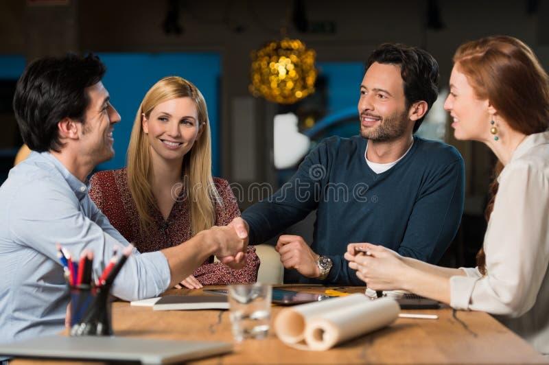 Händedruck nachdem dem Treffen lizenzfreies stockfoto