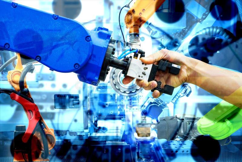 Händedruck von Roboter- und von menschlichem verbinden für Teamwork auf intelligenter Fabrik mit Doppelbelichtungsbild stockbilder