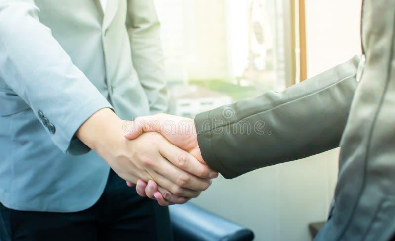 Händedruck von zwei Geschäftsleuten für das Behandeln des Geschäfts stockbild