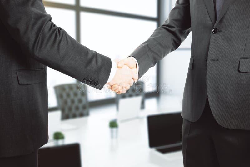Händedruck von zwei Geschäftsmännern im Büro stockfoto