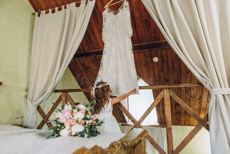 Händelse för beröm för liten flickabröllopsklänningvit royaltyfri bild