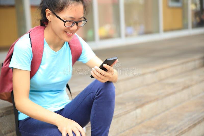 Händer använder den smarta telefonen i modern stad royaltyfri foto