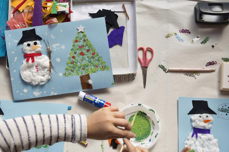 Händer av årigt göra för flicka 10 jul tillverkar arkivbild
