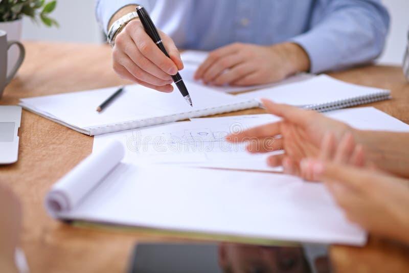 Händer av affärsfolk som möter runt om tabellen royaltyfri bild