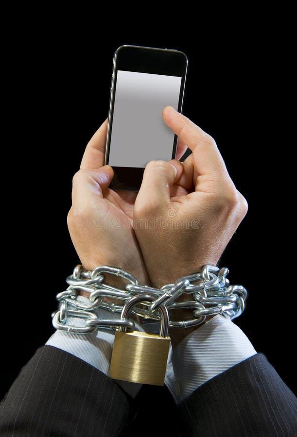 Händer av affärsmannen missbrukade för att arbeta chain inlåst mobiltelefonböjelse royaltyfria bilder