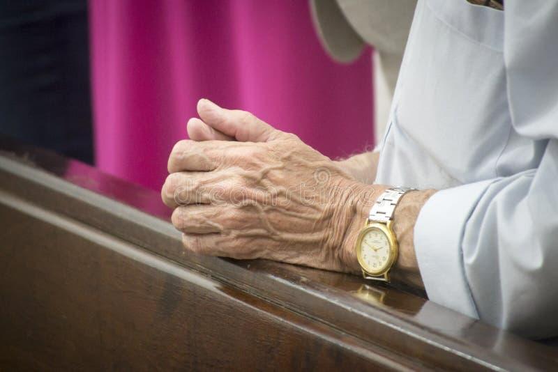 Händer av att be för gamal man royaltyfria bilder