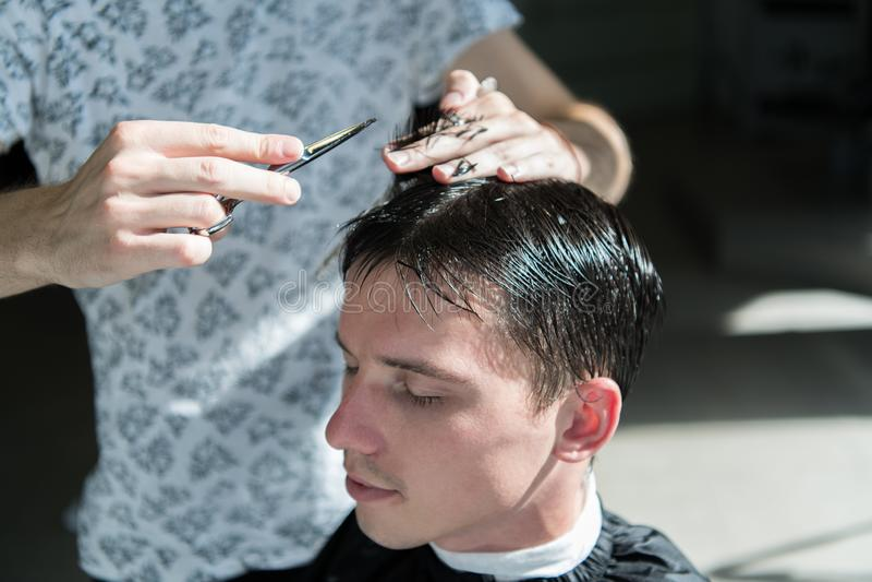 Händer av barberaren, sax och hårkammen Grabb som får upp frisyr, slut royaltyfria foton