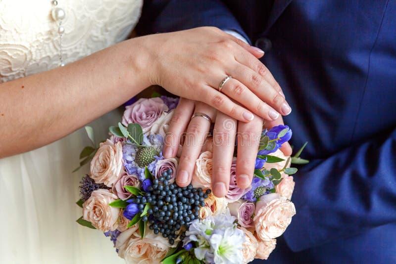 Händer av bruden och brudgummen arkivfoto