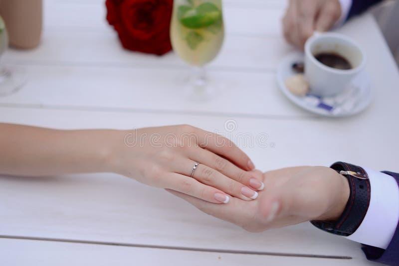 Händer av bruden och brudgummen royaltyfria foton