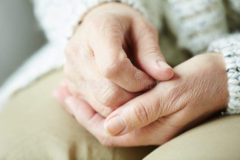 Händer av den äldre kvinnan royaltyfria foton