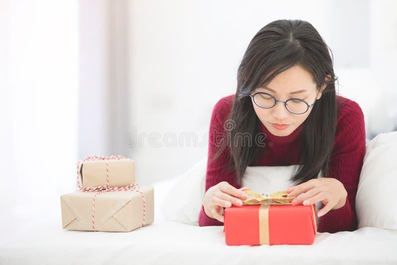 Händer av den hållande gåvaasken för flicka för valentindag fotografering för bildbyråer