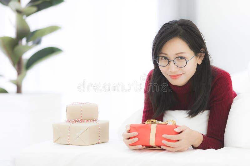 Händer av den hållande gåvaasken för flicka för valentindag arkivbild