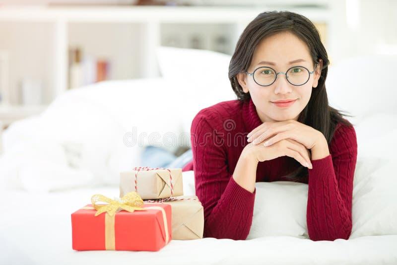 Händer av den hållande gåvaasken för flicka för valentindag arkivbilder