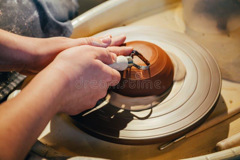 Händer av den kvinnliga keramikern arkivfoton