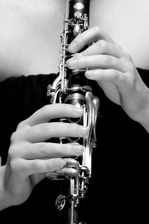 Händer av den kvinnliga musikern Playing Clarinet royaltyfri foto