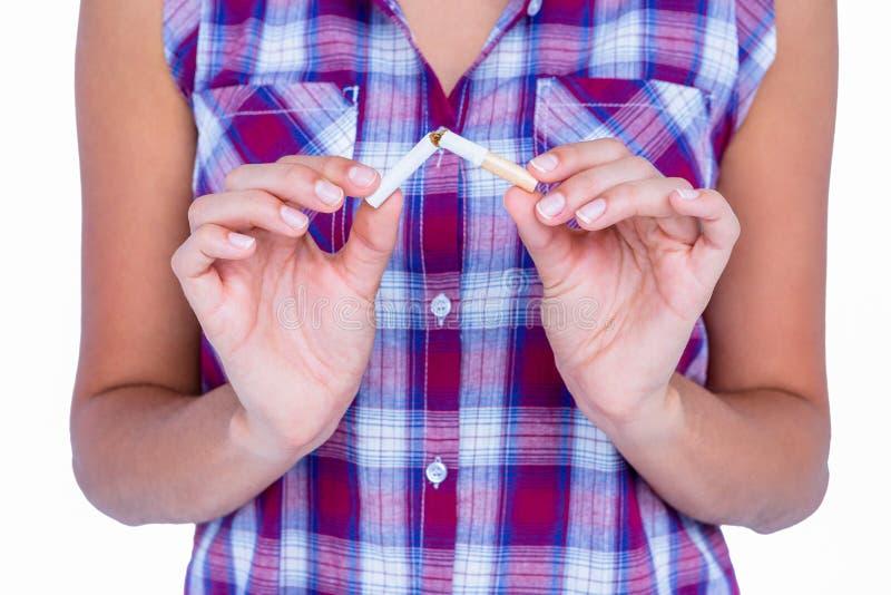 Händer av den låsande fast cigaretten för kvinna royaltyfria foton