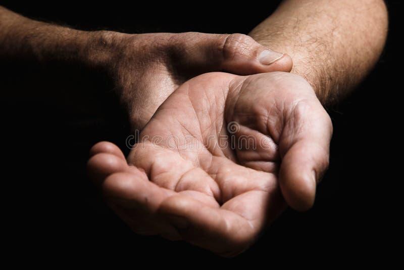 Händer av en äldre man med fingret som mäter pulsen Lotter av royaltyfria bilder