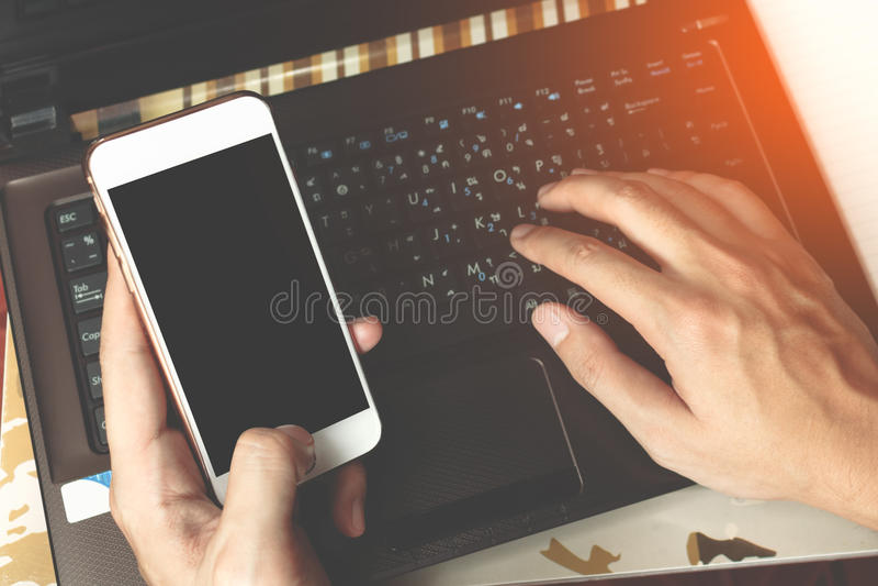 Händer av en affärsmanmaskinskrivning på ett dator- eller bärbar datortangentbord a royaltyfria bilder