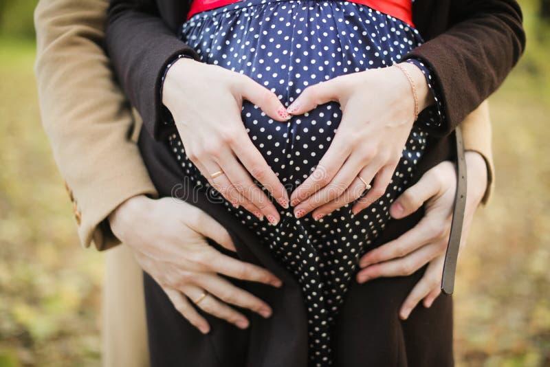 Händer av en gravid kvinna royaltyfri bild