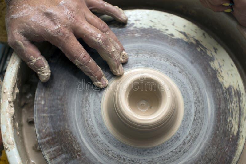 Händer av en keramiker arkivbilder