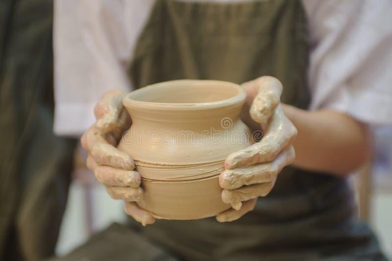 Händer av en keramiker arkivfoton