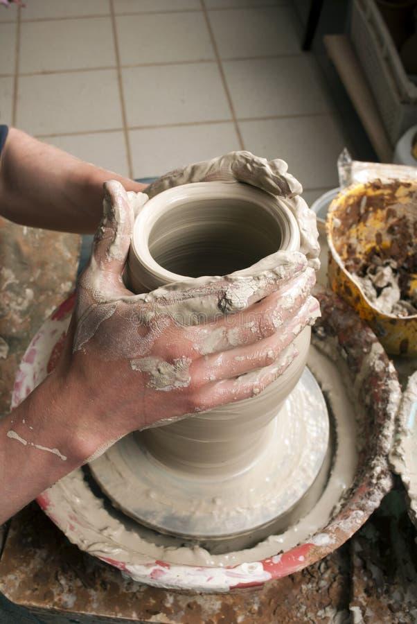 Händer av en keramiker som skapar en jord- jar arkivfoton