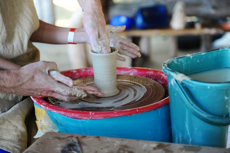 Händer av en keramiker som studing arkivfoton