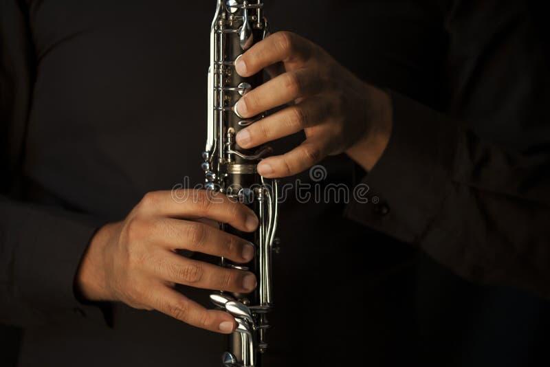 Händer av en klarinettspelare royaltyfria bilder