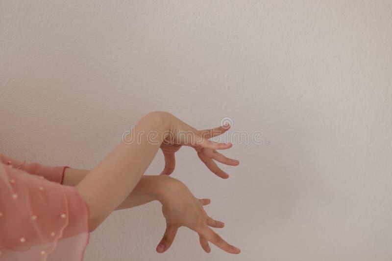 Händer av en kvinna som dansar flamencodans på en vit bakgrund royaltyfri foto