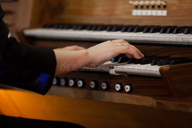 Händer av en kvinna som spelar organet royaltyfri fotografi