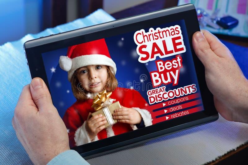 Händer av en man på en website shoppar med en meddelandebegreppspu royaltyfri foto
