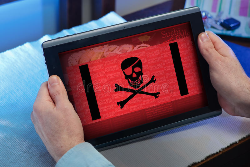 Händer av en man som konsulterar i pekskärm en hackad website fotografering för bildbyråer