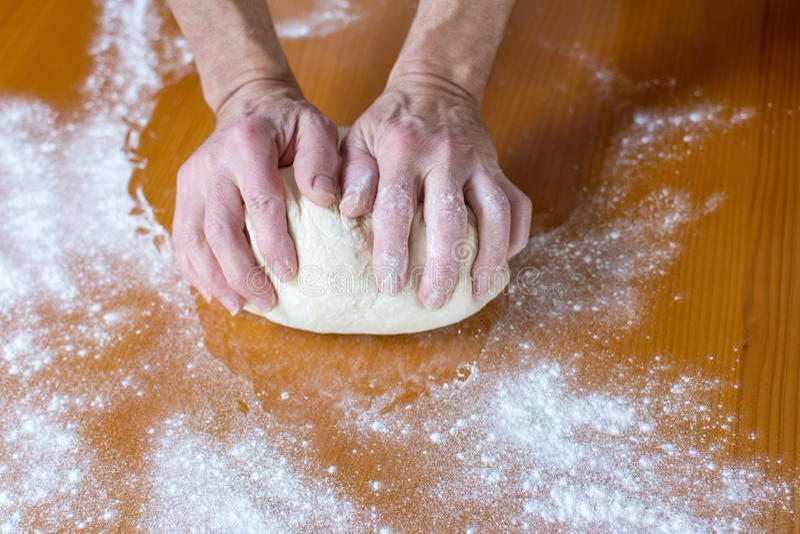 Händer av ett manligt bagaredanandebröd arkivbild