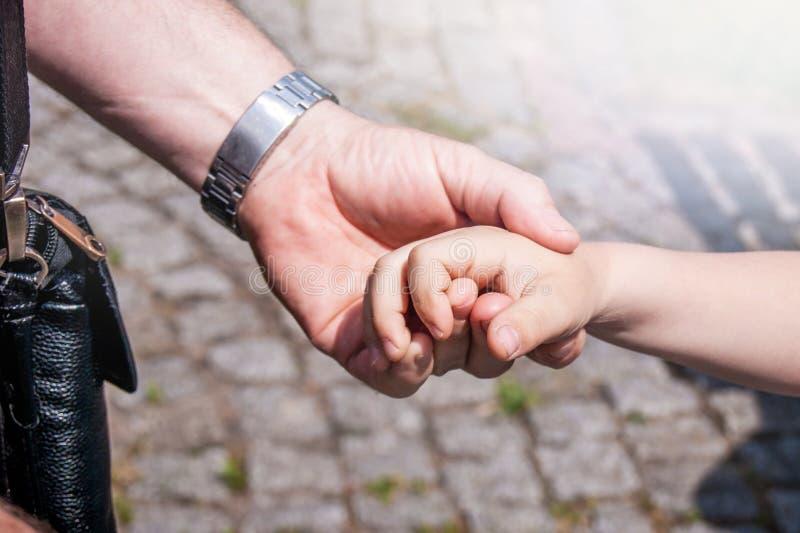 Händer av fadern och son eller farfar och sondotter _ fotografering för bildbyråer