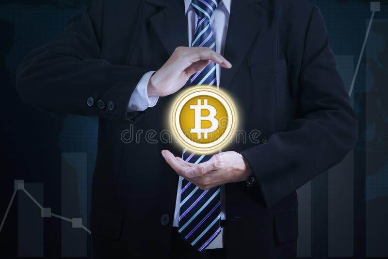 Händer av faktisk hållande bitcoin för affärsman arkivbild