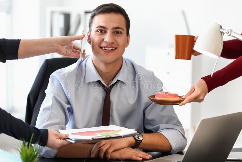 Händer av kontorsarbetare som erbjuder deras kollega ska göra val mellan arbete och ska vila arkivbild