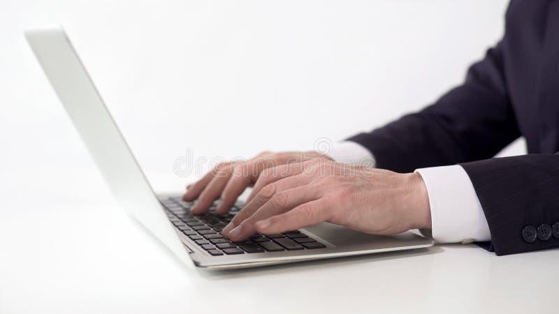 Händer av lyckad affärsmanmaskinskrivning på bärbara datorn som arbetar på projektrapport royaltyfri bild