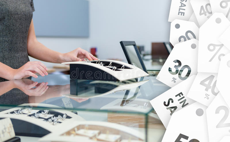 Händer av mutorassistenten på fönsterfallet med diamantcirklar arkivbild