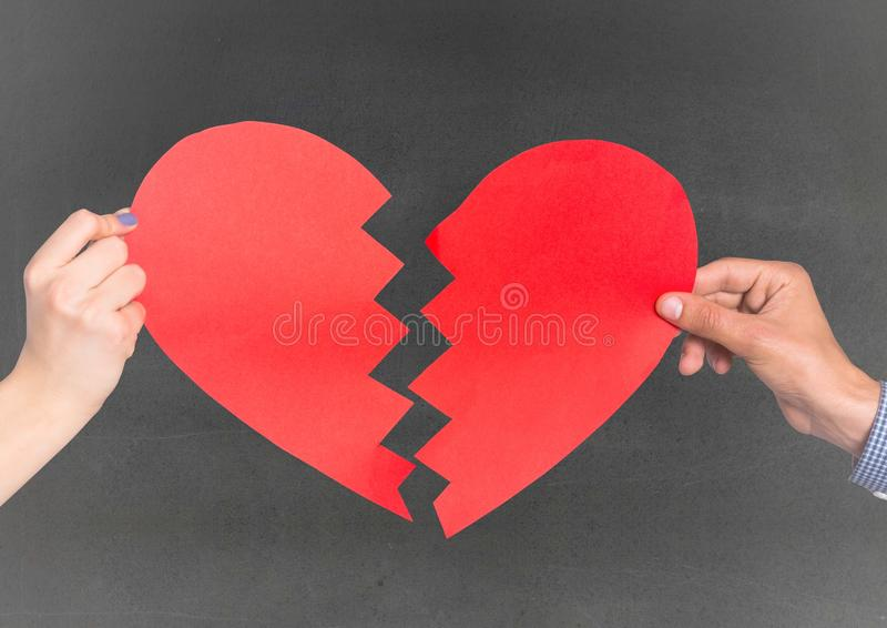 Händer av par som rymmer bruten hjärta royaltyfria foton