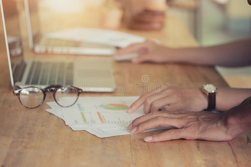 Händer av två affärspersoner som arbetar på mötet royaltyfri fotografi