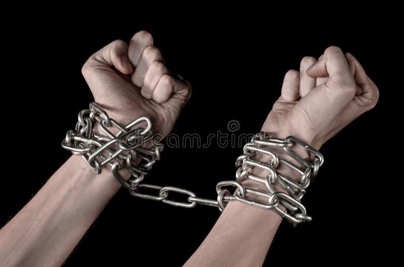 Händer bunden kedja, kidnappning, beroende, ensamhet, socialt problem, halloween tema, svart bakgrund arkivfoto