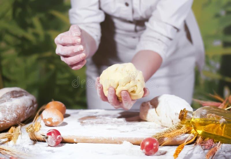 Händer för bagare för kvinna` som s knådar deg och gör bröd royaltyfri fotografi