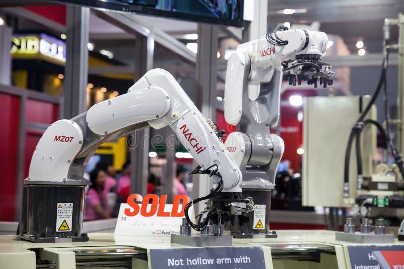 Händer för en industriell robot arkivbild