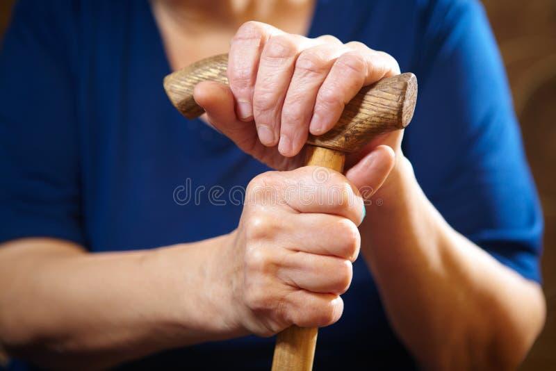 Händer för gammal kvinna med rottingen royaltyfria foton