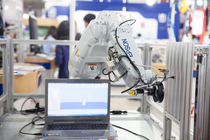 Händer för industriell robot royaltyfri bild