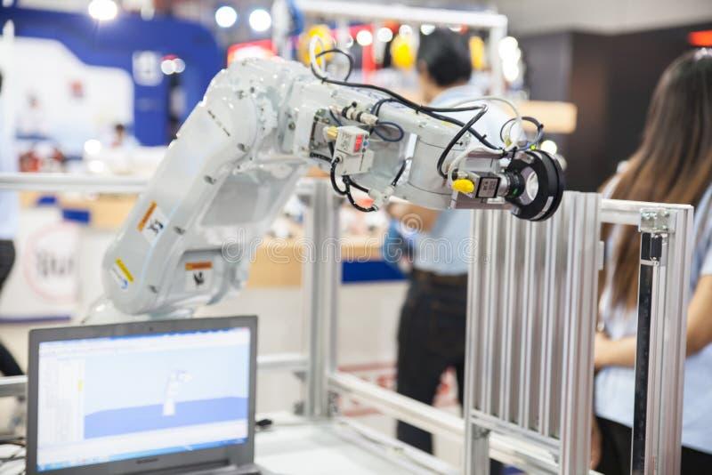 Händer för industriell robot fotografering för bildbyråer
