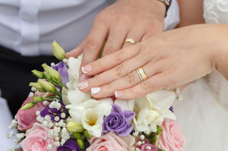 Händer för innehav för gift par för bröllopbegrepp unga royaltyfri fotografi