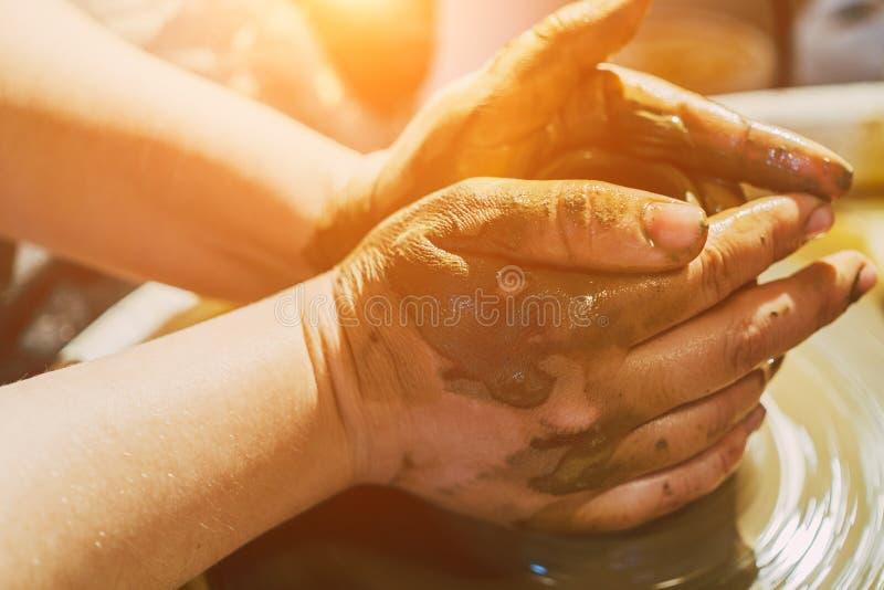Händer för keramiker` som s formar lera royaltyfri fotografi